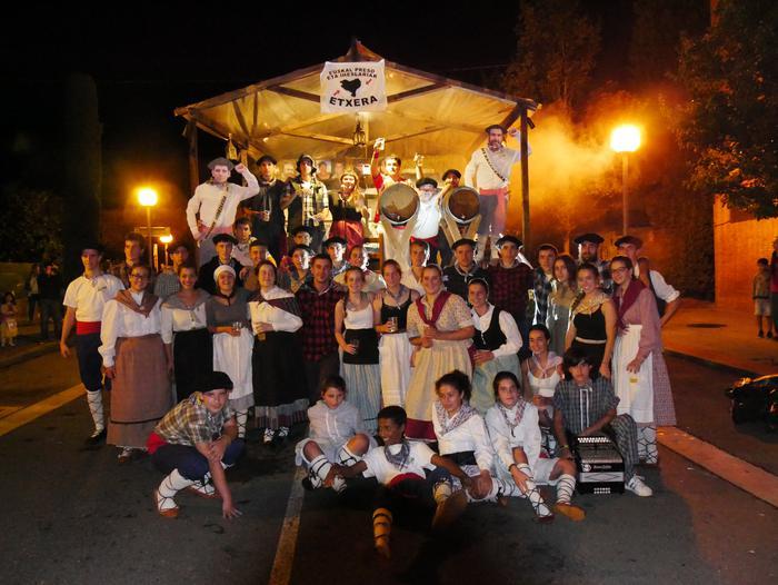 Irudimen uholde batek zeharkatu ditu Amurrioko kaleak karrozen desfilean