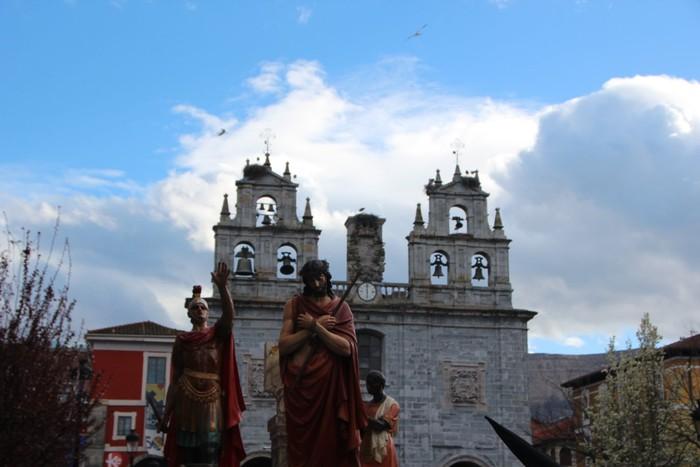 Ohitura katolikoei jarraiki, jende ugari batu da Urduñako prozesioan - 12