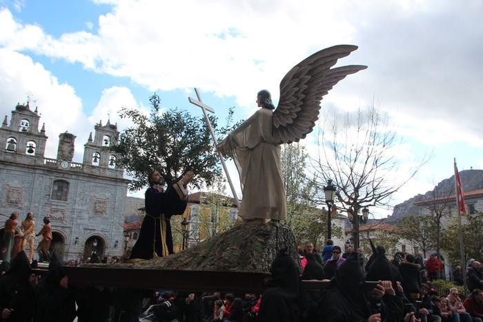 Ohitura katolikoei jarraiki, jende ugari batu da Urduñako prozesioan - 45