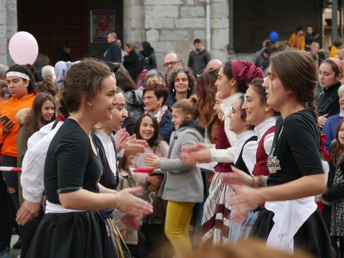 Eskualdeko Ahobiziek eta Belarriprestek bete dute herriko plaza Euskaraldiaren egun nagusian - 110