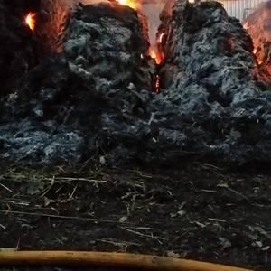 Gau osoa igaro dute suhiltzaileek Delikan, lastoa gordetzeko gune batean sortutako sua itzaltzen
