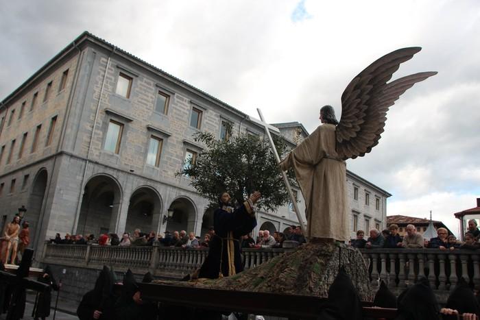 Ohitura katolikoei jarraiki, jende ugari batu da Urduñako prozesioan - 14