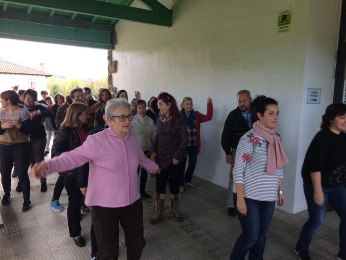 Euskaraldiaren abestiaren koreografia praktikatzen aritu dira Amurrioko AEKn - 19