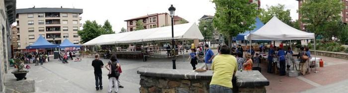 Euskaraz jantzi da Amurrioko plaza