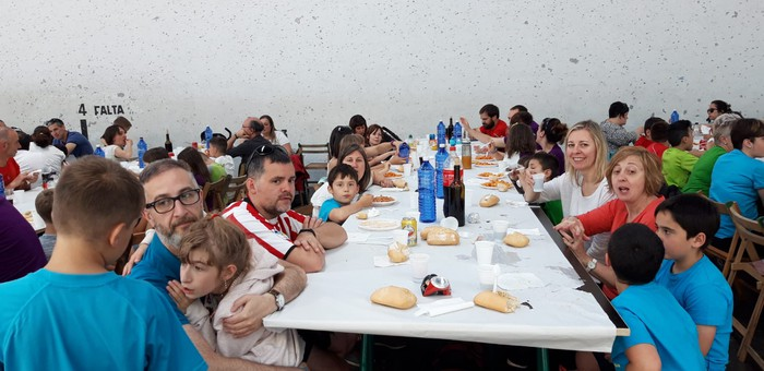 Ikasle eta guraso andana bildu da Latiorro ikastetxeko festan - 14