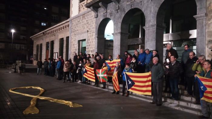 Kataluniako erreferendumagatik auziperatutako politikarien aldeko elkarretaratzea egin zuten atzo - 2