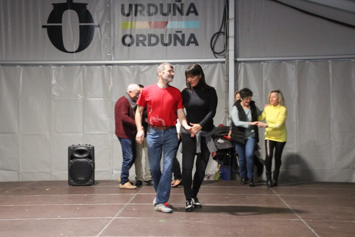Swing doinu eta dantzek hartu zuten Foru plaza eguerdian - 2