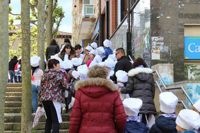 San Anton plazan egin dute umeek San Prudentzioko danborrada - 4