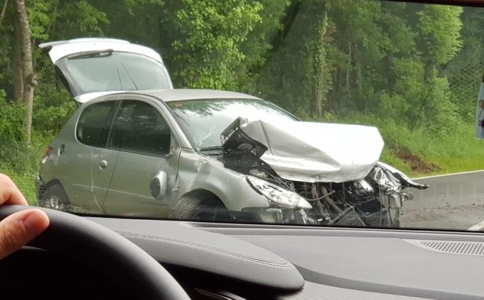 Altubeko bidean auto bat errepidetik atera da eta trafikoa motela da