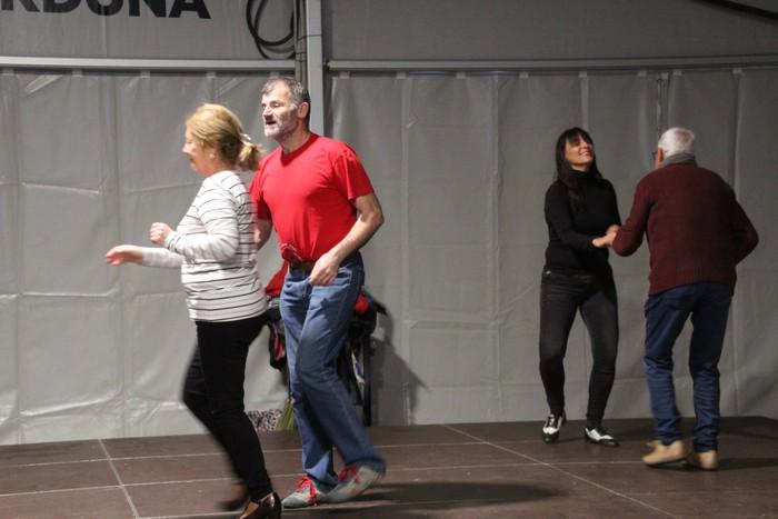 Swing doinu eta dantzek hartu zuten Foru plaza eguerdian - 6