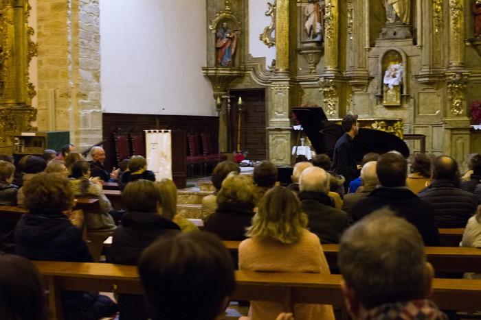 Antonio Oyarzabalek piano kontzertu jendetsua eskaini zuen atzo - 19