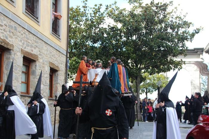 Ohitura katolikoei jarraiki, jende ugari batu da Urduñako prozesioan - 5