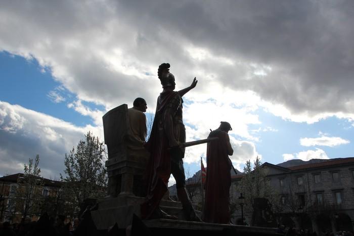Ohitura katolikoei jarraiki, jende ugari batu da Urduñako prozesioan - 13