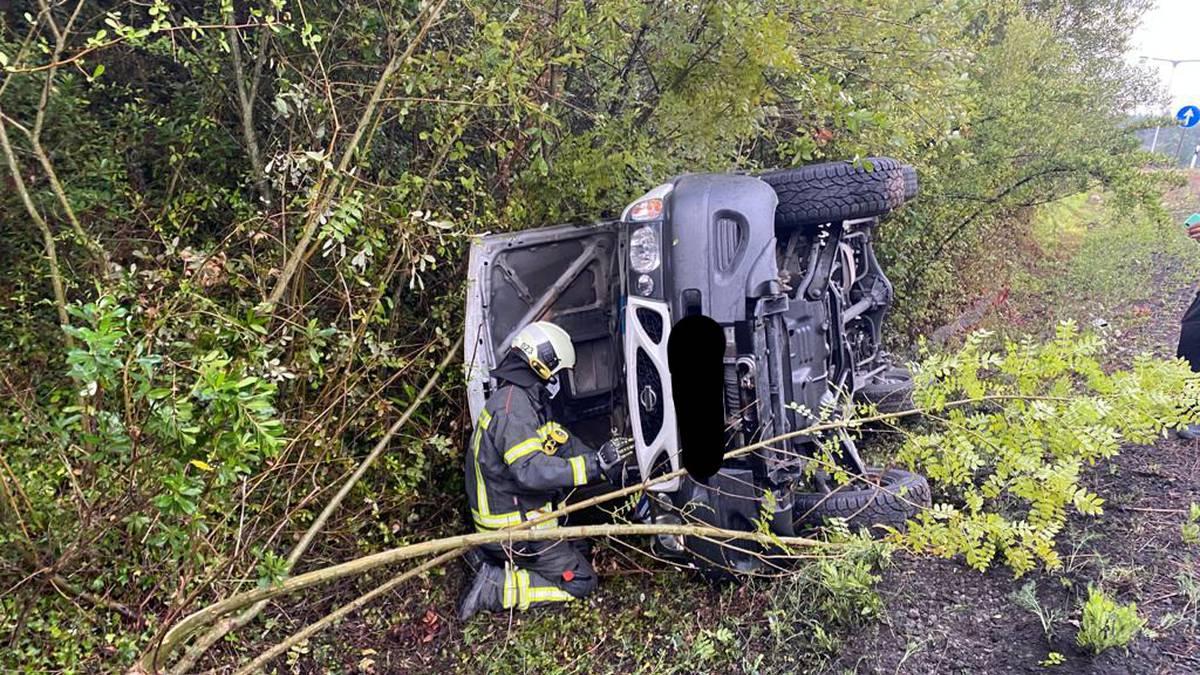 Auto gidaria askatu dute suhiltzaileek, ibilgailuan harrapatuta geratu baita istripu baten ondorioz