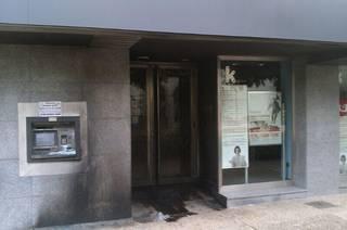 Kutxabanken bulego eta kutxazainari su eman diote Artziniegan