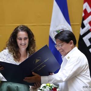 Nikaraguako Gobernuko ordezkarien eskutik jaso zuen saria Ramon Belaustegigoitiaren familiak