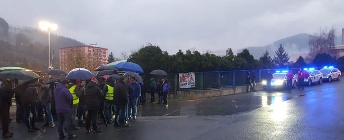Tentsio uneak bizi izan dira grebalarien eta poliziaren artean Aiala Vidrio enpresan