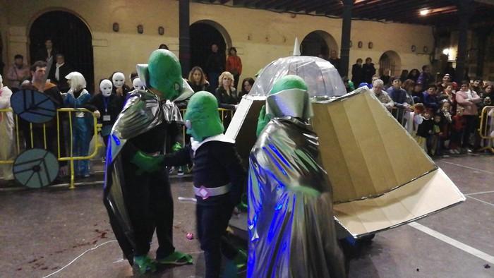 Estralurtarrek ere ez zuten galdu atzo Aratusteen desfilea Artziniegan - 5