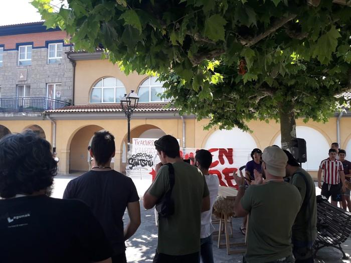 """""""Barroteak suntsitu"""" elkartasun festa egin zuten atzo - 13"""