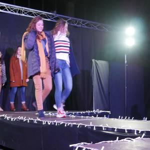 Moda desfilea egin dute Laudio Ikastolako ikasleek, ikasbidaiarako dirua biltzeko