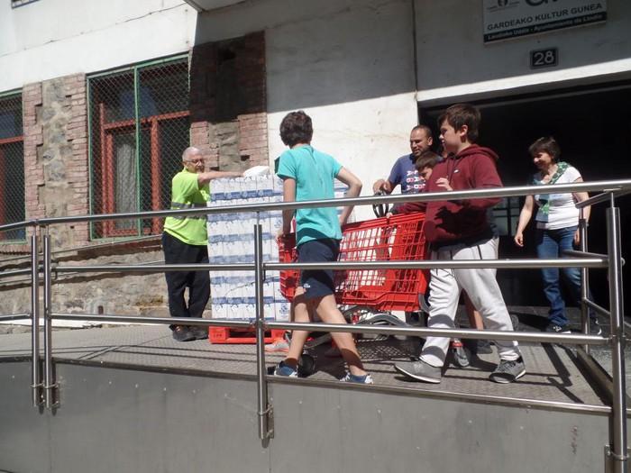 LH6ko ikasleek Elikagaien Bankura bideratu dituzte Azoka Solidarioan bildutako ekarpenak - 13