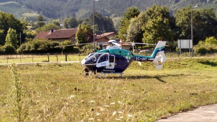 Osakidetzako helikopteroa bertaratu da larrialdi bat kudeatzeko