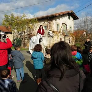 Olentzero solidarioak zaku bete opari bildu du Izorian
