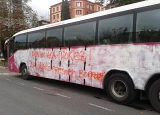 Autobus baten pintaketa aldarrikatu dute Sevillako presoen egoera salatzeko