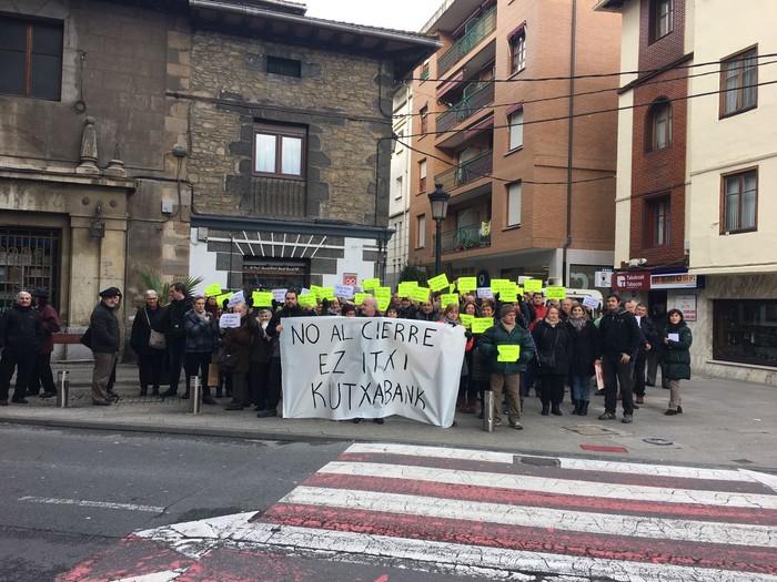 Berriz elkartu dira Kutxabanken bulegoen itxieraren aurka protestatzeko