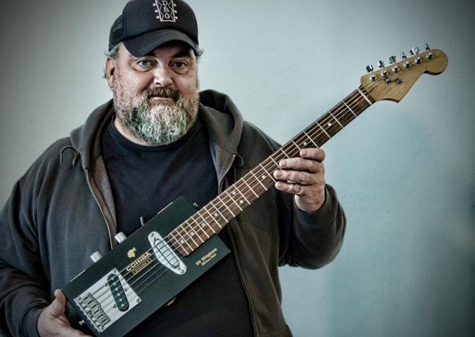 """""""Amak josteko tresnak gordetzen zituen puruen kutxa batekin eraiki nuen lehen gitarra"""""""