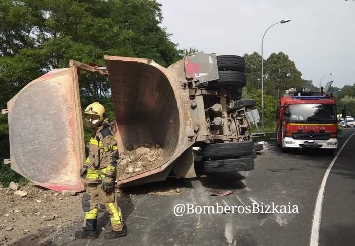 Laudioko kamioilari bat hil da Urdulizen gertatutako trafiko istripuan