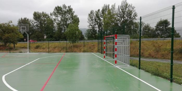 Kirol pista berria jarri dute Terreron, eta Arbietoko futbol zelaian belarra aldtuko dute