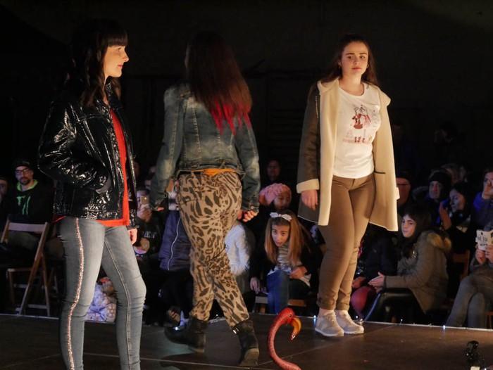 Ikasbidaia antolatzeko moda desfilea egin zuten ikastolan - 68