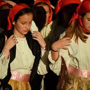 Itxarkundia dantza taldeak eta Laudioko Musika Bandak emanaldi bateratua eskaini zuten