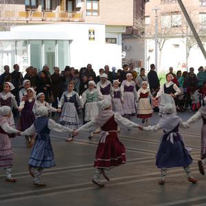 Aldai plaza bete zuten herriko dantzari gazteenek