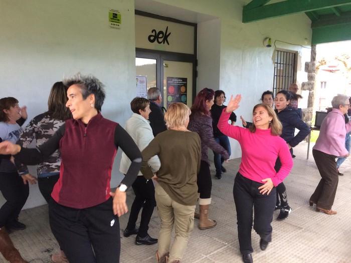 Euskaraldiaren abestiaren koreografia praktikatzen aritu dira Amurrioko AEKn - 11