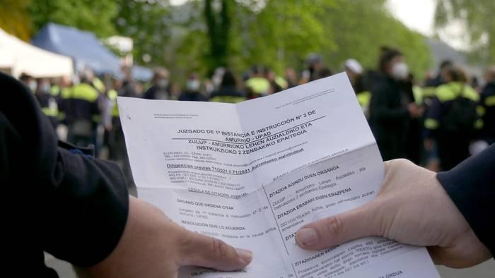 Autoritatearen kontrako atentatua eta desordena publikoa leporatuta ikertuko dituzte otsailaren 23ko goizean atxilotutako Tubacexeko bi langileak