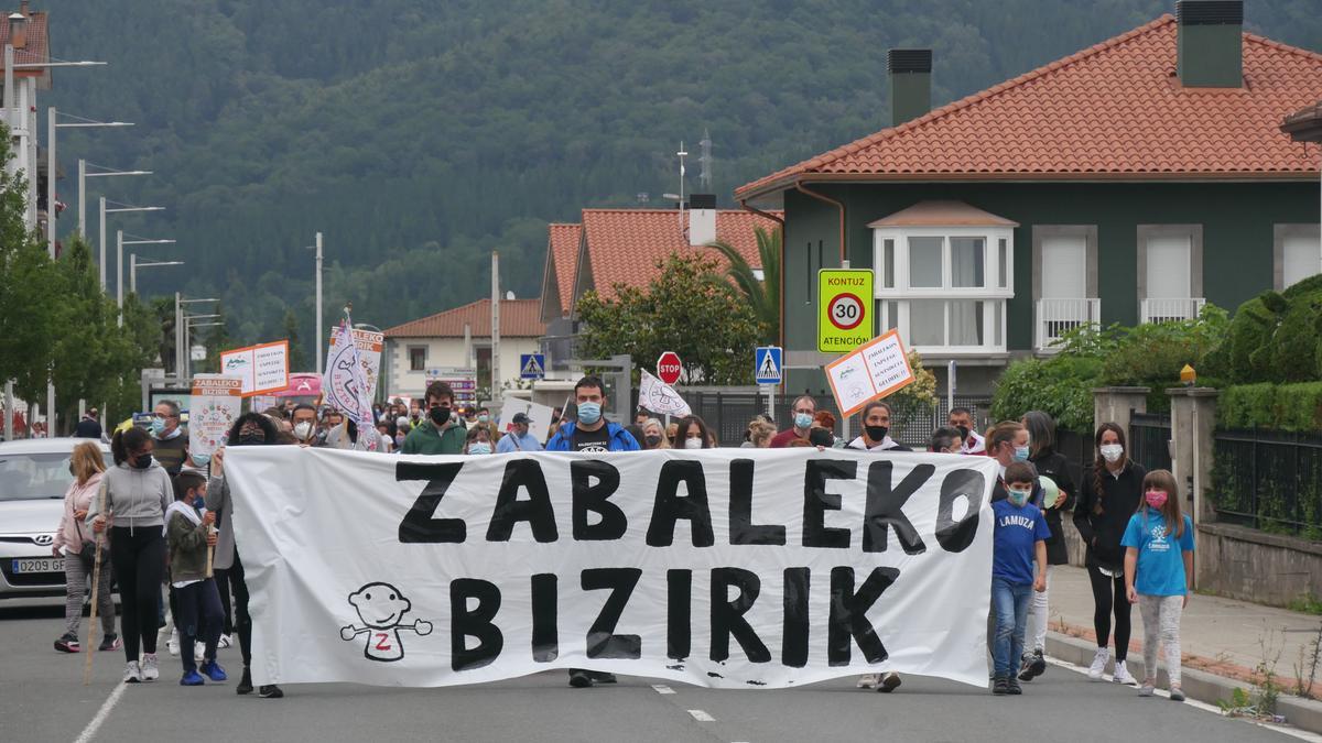 Aiaraldean kalitatezko hezkuntza baten alde borrokan jarraituko duela aldarrikatu du Zabaleko Bizirik! plataformak