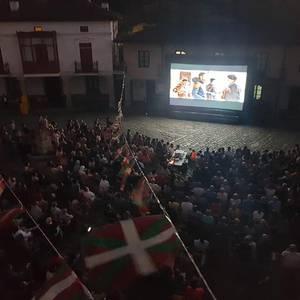 """""""La pequeña Suiza"""" filma proiektatu zuten atzo, Kepa Sojoren hitzartzearekin batera"""