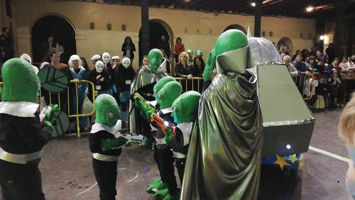 Estralurtarrek ere ez zuten galdu atzo Aratusteen desfilea Artziniegan - 3
