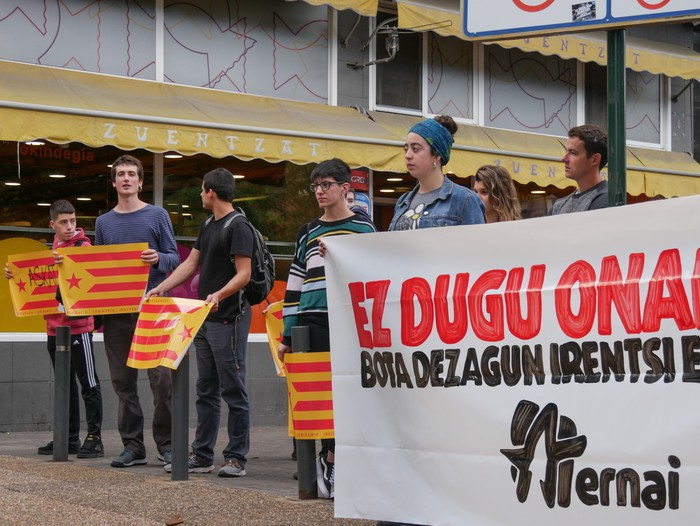 Dozenaka lagun bildu dira Kataluniako herritarrei elkartasuna adierazteko - 7