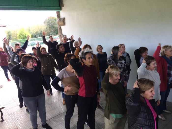 Euskaraldiaren abestiaren koreografia praktikatzen aritu dira Amurrioko AEKn - 17