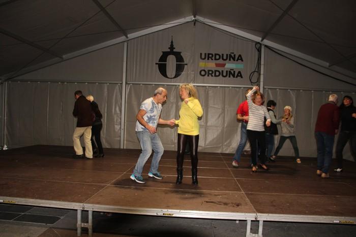 Swing doinu eta dantzek hartu zuten Foru plaza eguerdian