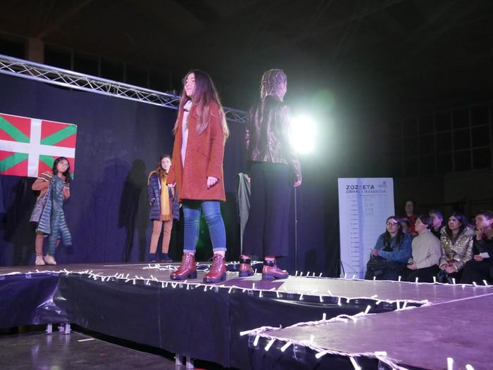 Moda desfilea egin dute Laudio Ikastolako ikasleek, ikasbidaiarako dirua biltzeko - 45