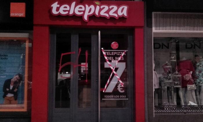 """Telepizzaren aurkako ekintza egin dute, """"prekarietateak eragindako heriotzak"""" salatzeko"""
