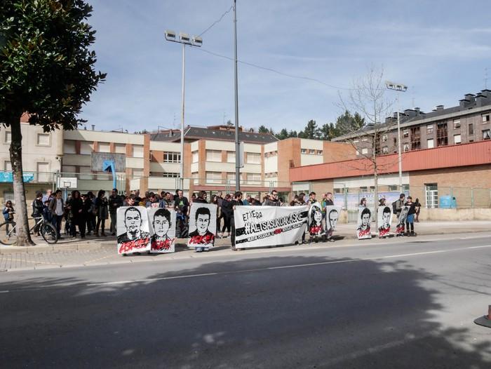 Guardia Zibilaren kuartelaren pareraino eraman dute Altsasuko gazteen aldeko aldarria - 3