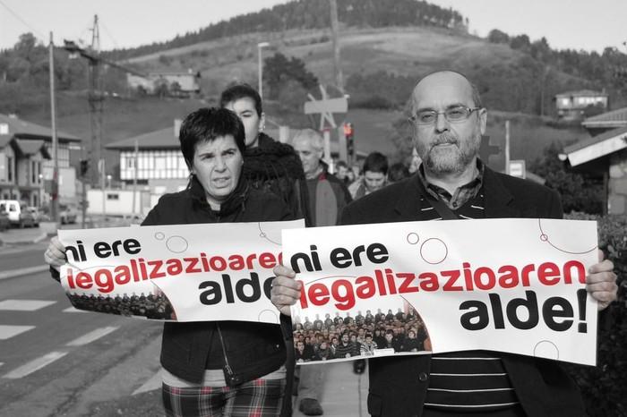 Argazki galeria: Euskal presoen aldeko perretxiko erakusketa-dastaketa eta legalizazioa aldarrikatzeko giza katea