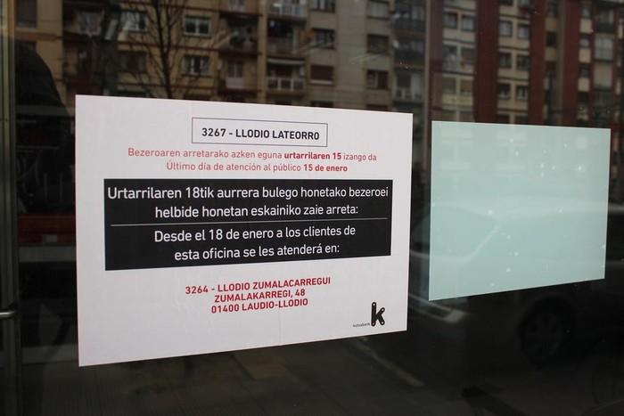 Kutxabank-ek Latiorroko bulegoa utzi du, auzokideek itxieraren kontrako sinadura bilketa abiatu arren
