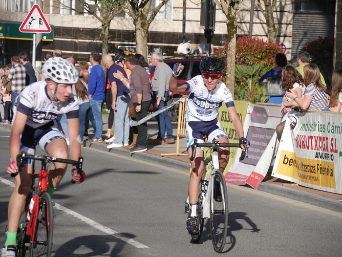 Pablo Fernandezek irabazi zuen sprintean Aiarako Birako lehen etapa - 98