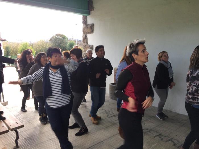 Euskaraldiaren abestiaren koreografia praktikatzen aritu dira Amurrioko AEKn - 12
